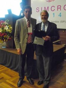 Luiz Bravo (direita), diretor da Nova Analítica e Prof. Dr.Francisco Radler de Aquino Neto (esquerda) com a medalha Ciola – Foto: Luciene Campos