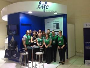 Carla Abdo (no centro), diretora de vendas da Life Technologies e equipe Life Foto: Luciene Campos